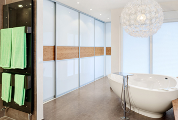 Nach der Badsanierung: eine freistehende Badewanne in einem Badezimmer in Düsseldorf