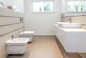 Nach der Badsanierung: schöne neue Fliesen in einem Badezimmer nach einer Badsanierung in Düsseldorf